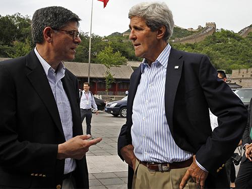 Ngoại trưởng Mỹ John Kerry (phải) và Bộ trưởng Tài chính Mỹ Jacob Lews thăm Vạn Lý Trường Thành tại Bắc Kinh trước thềm cuộc đối thoạiẢnh: Reuters