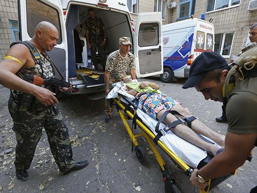 Một binh sỹ Ukraine bị thương được đưa tới bệnh viện ở thị trấn Mariupol hôm 6-9. Ảnh: Reuters