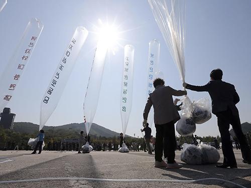Các nhà hoạt động Hàn Quốc thả truyền đơn chống Triều Tiên hôm 10-10Ảnh: REUTERS