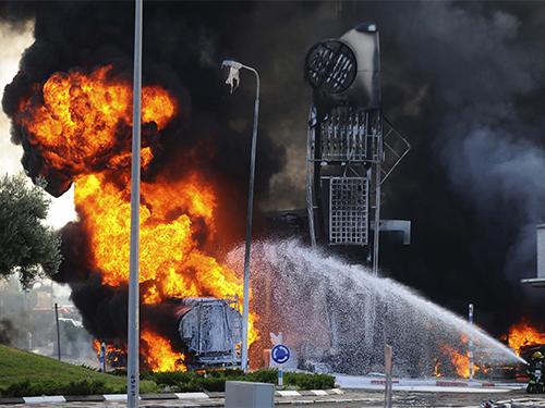 Rốc-két từ Dải Gaza trúng một trạm xăng tại thị trấn Ashdod, miền Nam Israel, hôm 11-7 Ảnh: Reuters