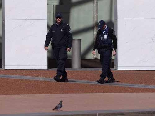 Cảnh sát tuần tra trước tòa nhà quốc hội ở thủ đô Canberra của Úc hôm 19-9 Ảnh: The Sydney Morning Herald