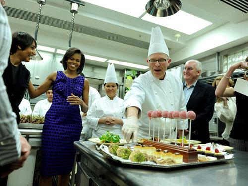 Đầu bếp Bill Yosses (giữa) rời Nhà Trắng một phần vì bà Michelle Obama Ảnh: The New York Times