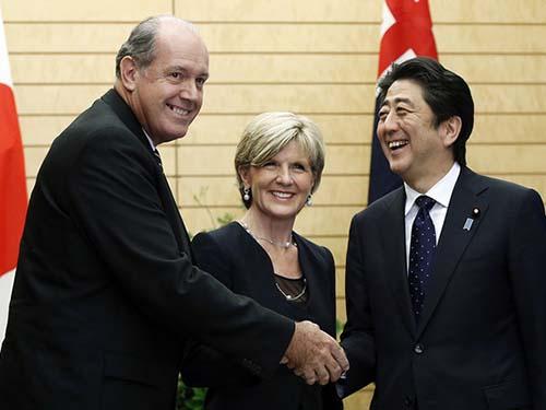 Thủ tướng Nhật Bản Shinzo Abe tiếp Bộ trưởng Quốc phòng Úc David Johnston (trái), Ngoại trưởng Úc Julie Bishop (giữa) ngày 11-6 Ảnh: AP