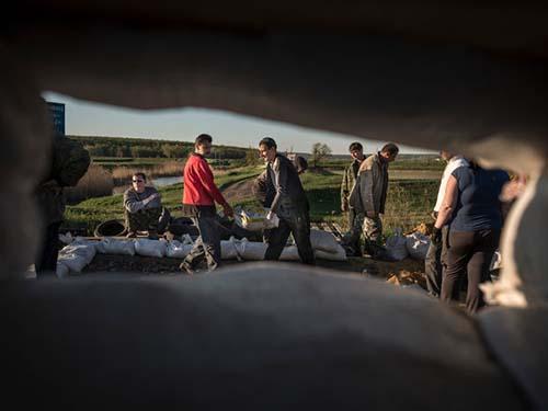Người biểu tình dựng rào chắn tại một chốt kiểm soát ở ngoại ô Slavyansk ngày 25-4 Ảnh:  THE NEW YORK TIMES