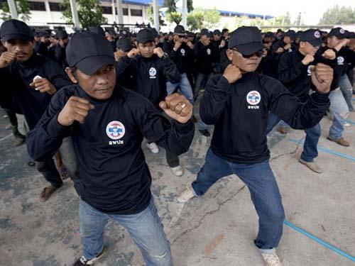 """Những người thuộc phe """"áo đỏ"""" ở Thái Lan theo học khóa tự vệ để bảo vệ chính phủ Ảnh: THE NATION"""
