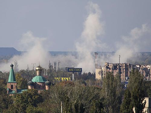 Khói bốc lên dữ dội từ sân bay Donetsk Ảnh: REUTERS