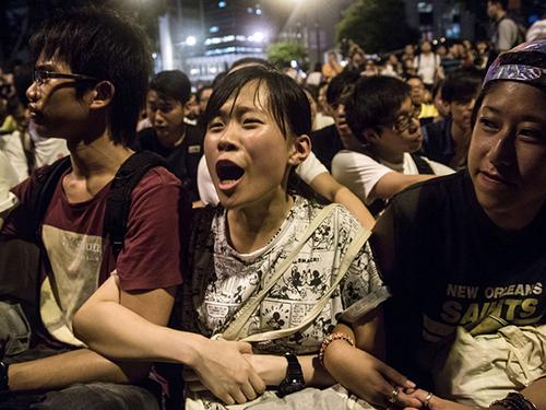 Người dân biểu tình ngồi ở trung tâm Hồng Kông ngày 2-7Ảnh: BLOOMBERG
