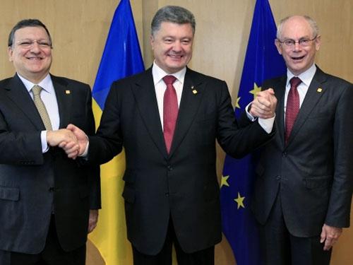Từ trái sang: Chủ tịch Ủy ban châu Âu José Manuel Barroso, Tổng thống Ukraine Petro Poroshenko và Chủ tịch Hội đồng châu Âu Herman van Rompuy sau khi ký hiệp định liên kết hôm 27-6.Ảnh: REUTERS