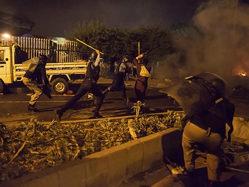 Cảnh sát và người biểu tình đụng độ ở thủ đô Islamabad tối 30-8 Ảnh: Reuters