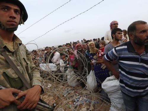 Hàng ngàn người Kurd chạy đến biên giới với Thổ Nhĩ Kỳ để tránh giao tranh gần TP Kobane Ảnh: Reuters
