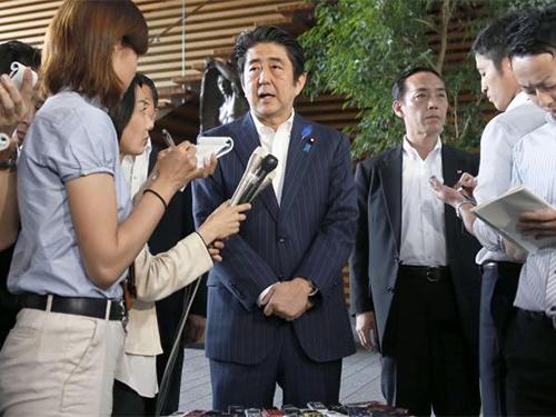 Thủ tướng Nhật Bản Shinzo Abe phát biểu về việc nới lỏng trừng phạt Triều Tiên tại thủ đô Tokyo hôm 3-7 Ảnh: Reuters