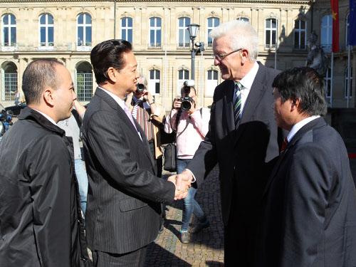 Ông Winfried Kretschmann, Thủ hiến bang Baden Wuerttemberg, đón Thủ tướng Nguyễn Tấn Dũng Ảnh: TTXVN