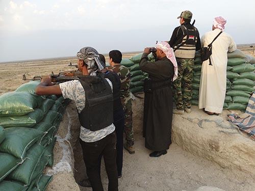 Các tay súng bộ tộc tham gia cuộc chiến chống IS ở tỉnh Anbar - Iraq Ảnh: Reuters