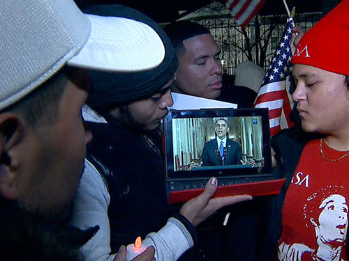Người nhập cư tại thủ đô Washington xem bài phát biểu của Tổng thống Barack Obama về kế hoạch cải tổ nhập cư hôm 20-11 Ảnh: ABC News