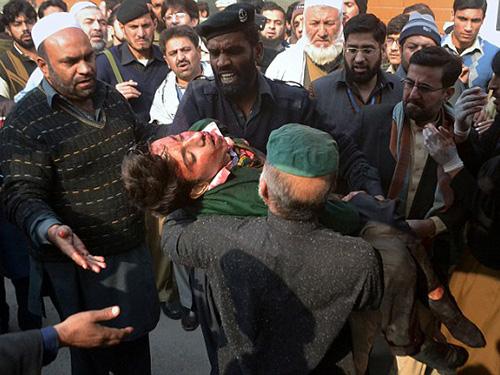 Một học sinh được đưa khỏi hiện trường vụ tấn côngẢnh: AP