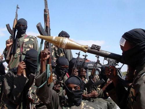 Các tay súng của al-Shabab, nhóm vũ trang Hồi giáo Somalia, vừa bị Mỹ không kích Ảnh: AP
