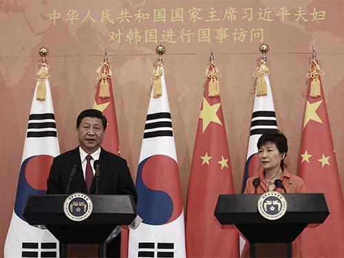Tổng thống Hàn Quốc Park Geun-hye (phải) và Chủ tịch Trung Quốc Tập Cận Bình tại cuộc họp báo chung hôm 3-7Ảnh: Reuters
