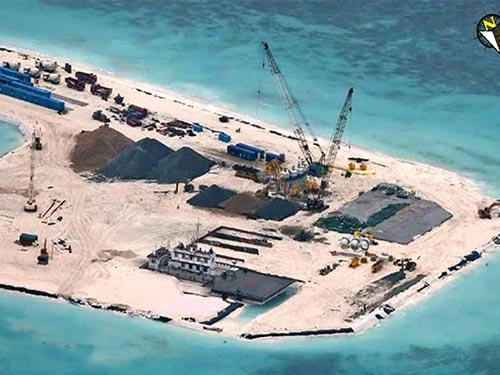 Ảnh chụp cuối tháng 6 cho thấy Trung Quốc tăng số lượng thiết bị và vật liệu xây dựng tại bãi đá Gạc Ma Ảnh: THE PHILIPPINE STAR