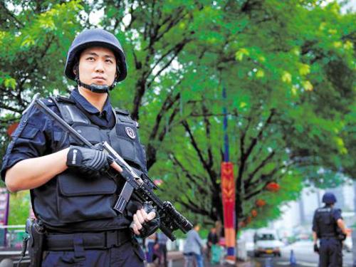 Hàng ngàn cảnh sát được triển khai ở Quảng Châu ngày 1-5, thu hút sự chú ý của người dân Ảnh: SOHU