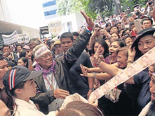 Thủ lĩnh biểu tình Suthep Thaugsuban trong sự chào đón nồng nhiệt của người dân Ảnh: THE BANGKOK POST