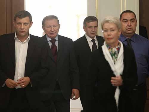Từ trái sang: Thủ tướng Cộng hòa Nhân dân Donetsk tự xưng Alexander Zakharchenko, cựu Tổng thống Ukraine Leonid Kuchma, Đại sứ Nga tạiUkraineMikhail Zurabov, Đại sứ OSCE Heidi Tagliavinivà lãnh đạo Cộng hòa Nhân dân Luhansktự xưng Igor Plotnitskytại cuộc họp ở MinskẢnh: Reuters