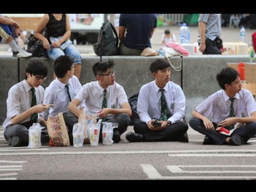 Học sinh tham gia biểu tình bên ngoài văn phòng chính quyền ở khu Kim Chung ngày 6-10 Ảnh: SCMP