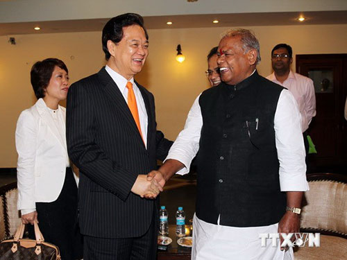 Thủ hiến bang Bihar Jitan Ram Manjihi đón Thủ tướng Nguyễn Tấn DũngẢnh: TTXVN