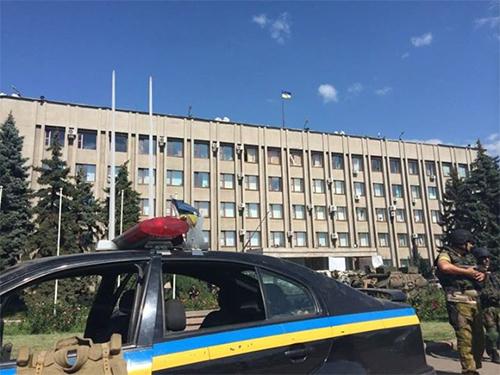Lực lượng an ninh Ukraine canh gác trước tòa nhà hành chính Slavyansk sau khi tái chiếm thành phố nàyẢnh: NEWSRU