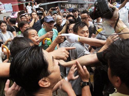 Ẩu đả giữa người biểu tình và nhóm ủng hộ Bắc Kinh ở Vượng Giác ngày 3-10 Ảnh: SCMP