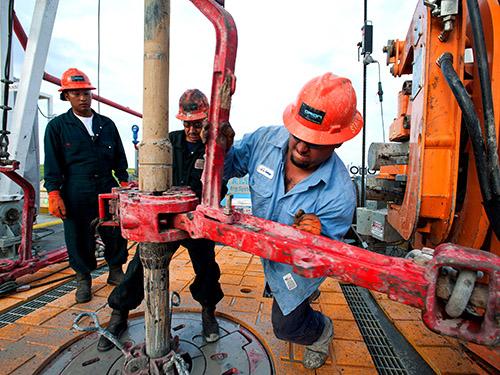 Hoạt động khai thác dầu khí đá phiến ở hạt Webb, bang Texas - Mỹ Ảnh: Bloomberg