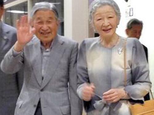 Ảnh chụp Nhật hoàng và Hoàng hậu ở ga JR Oyama hôm 22-5 Ảnh: TWITTER