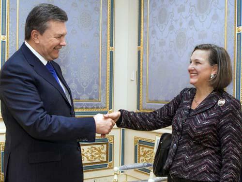 Tổng thống Ukraine Viktor Yanukovich đón trợ lý ngoại trưởng Mỹ Victoria Nuland ở Kiev ngày 6-2Ảnh: AP