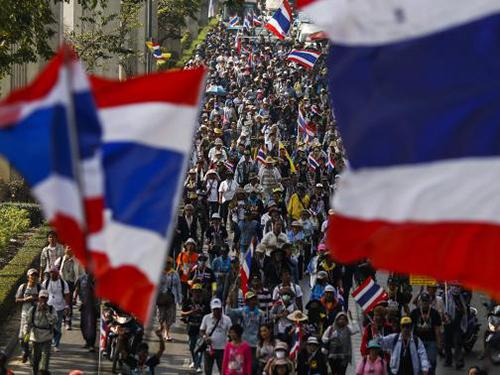 Người biểu tình tuần hành ở Bangkok ngày 20-1Ảnh: REUTERS