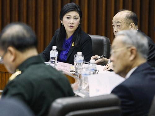 Thủ tướng tạm quyền Yingluck Shinawatra (giữa) trong cuộc họp về bầu cử hôm 15-1 Ảnh: REUTERS