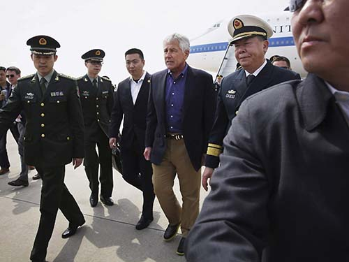 Ông Chuck Hagel đến sân bay Thanh Đảo  ngày 7-4Ảnh: Reuters
