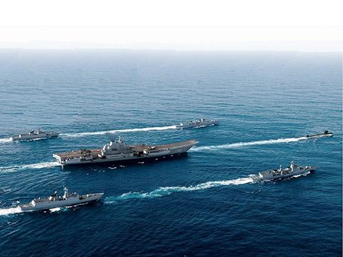 Tàu sân bay Liêu Ninh và đội tàu hộ tống trên biển ĐôngẢnh: defense-update.com