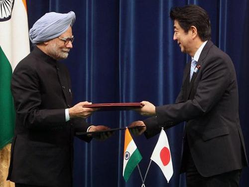 Thủ tướng Ấn Độ Manmohan Singh (trái) và Thủ tướng Nhật Bản Shinzo Abe tại Tokyo năm 2013Ảnh: PTI