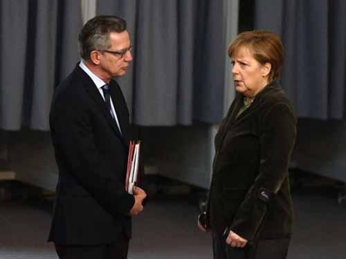 Thủ tướng Đức Angela Merkel (phải) và Bộ trưởng Nội vụ Thomas de Maiziere Ảnh: Reuters