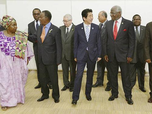 Thủ tướng Nhật Bản Shinzo Abe và các nhà lãnh đạo châu Phi tại hội nghị quốc tế ở Tokyo vào năm ngoái Ảnh: The Japan Times