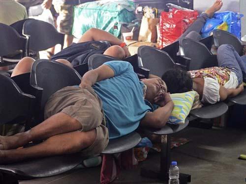 Hàng ngàn hành khách mắc kẹt do hơn 150 chuyến bay nội địa bị hủy và vận tải biển ngừng hoạt động Ảnh: Reuters