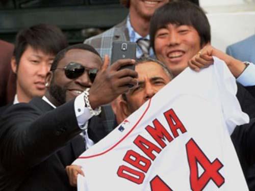 Tổng thống Mỹ Barack Obama và cầu thủ David Ortiz tự sướngẢnh: LE NOUVEL OBSERVATEUR