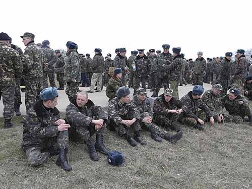 Binh lính Ukraine ngồi chờ tại sân bay Belbek - Crimea trong lúc chờ đàm phán với lính Nga hôm 4-3Ảnh: REUTERS
