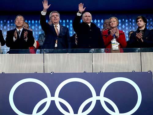 Từ trái qua: Tổng Thư ký Liên Hiệp Quốc Ban Ki-moon, Chủ tịch Ủy ban Olympic quốc tế Thomas Bach và Tổng thống Nga Vladimir Putin tại lễ khai mạc Olympic SochiẢnh: EPA