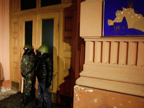 Người biểu tình chiếm giữ trụ sở Bộ Tư pháp Ukraine ở Kiev hôm 27-1Ảnh: Reuters