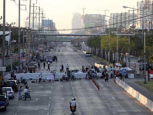 Đường Chaeng Wattana đã bị phe biểu tình ngăn chặn vào chiều 12-1Ảnh: BANGKOK POST