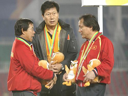 Trưởng đoàn Phan Anh Tú (phải) sau lễ nhận HCB SEA Games 2013 ở MyanmarẢnh: Quang Liêm