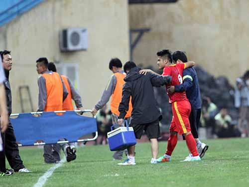 Một trận đấu vô thưởng vô phạt của tuyển Việt Nam nhưng khiến hậu vệ Âu Văn Hoàn chấn thương,  phải rời sânẢnh: Hải Anh