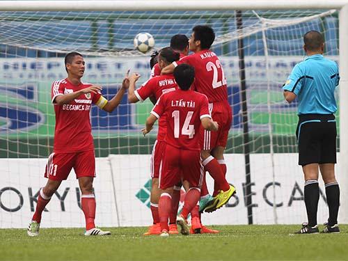 Các cầu thủ B.Bình Dương vui mừng sau pha ghi bàn ở trận thắng HV An Giang 3-0, giúp đội vươn lên  đầu bảngẢnh: Quang Liêm