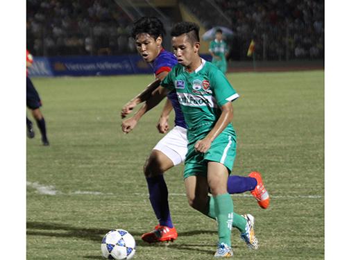 Hồng Duy (phải) tạo ấn tượng ở cánh trái đội U19 HAGL Arsenal JMG và U19 Việt Nam trong vòng 1 năm qua