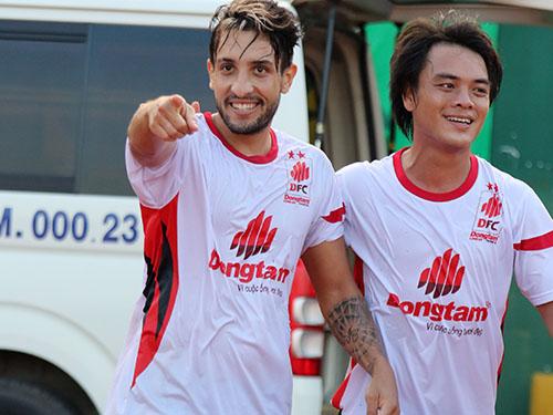 Nhật Tân (phải), một trong những trụ cột chơi tốt cho ĐTLA ở BTV Cup 2014Ảnh: Quang Liêm